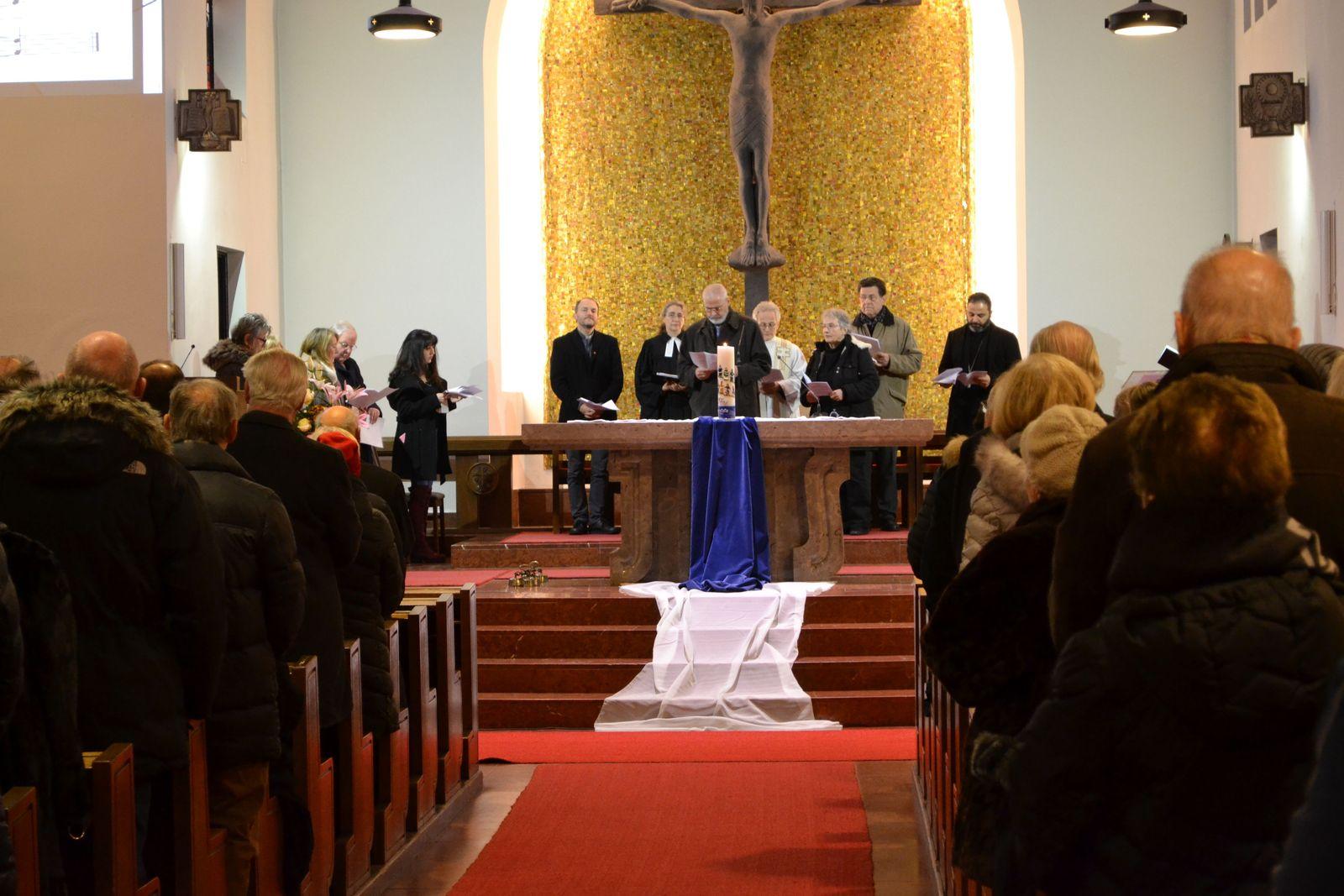 katholische, evangelische und orthodoxe ChristInnen sind versammelt