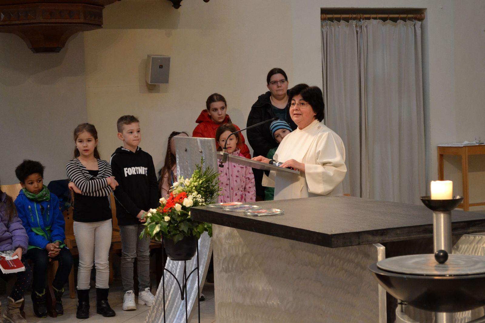 Sr. Marlene begrüßt die Pfarrgemeinde