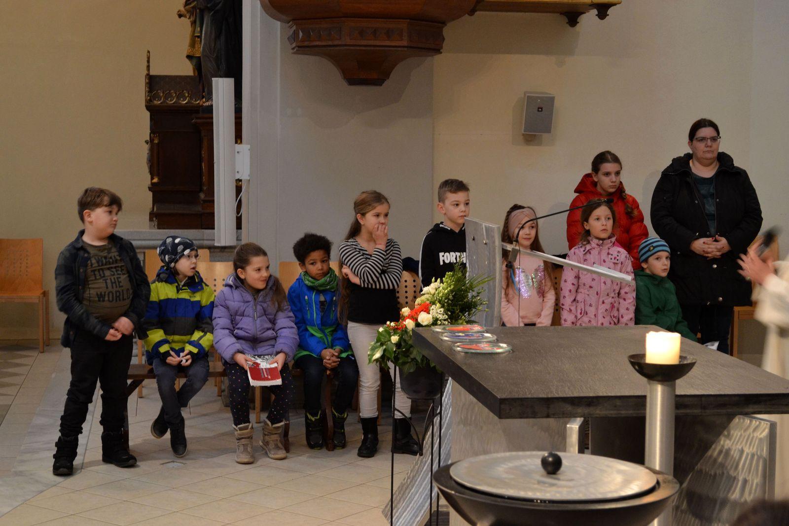 die Kinder sind um den Altar versammelt