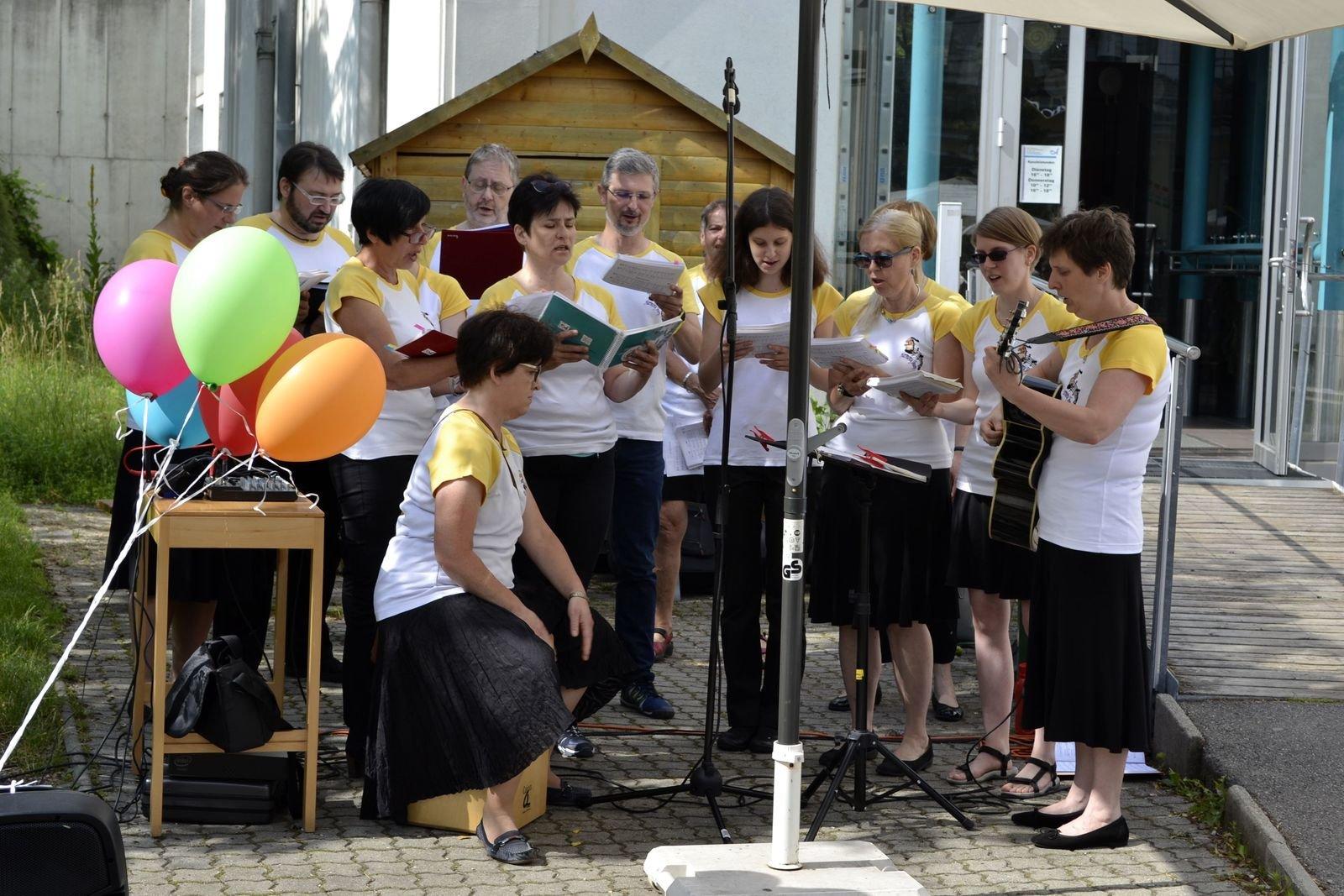 der Chor eröffnet den Gottesdienst