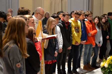 versammelt vor dem Altar