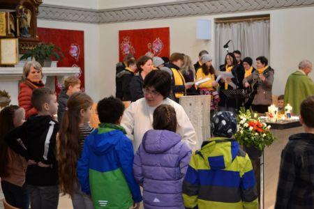 die Erstkommunionkinder werden gesegnet