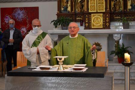 noch einmal gemeinsam am Altar
