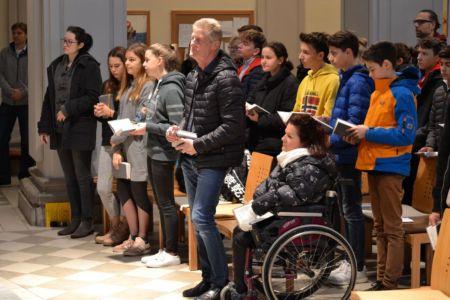 viele junge Menschen in der Kirche