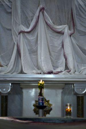 die Osterkerze brennt vor dem Altar