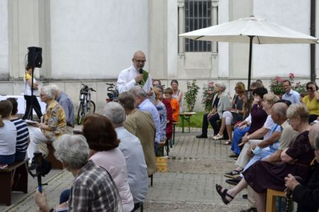 Peter predigt mitten im Volk....